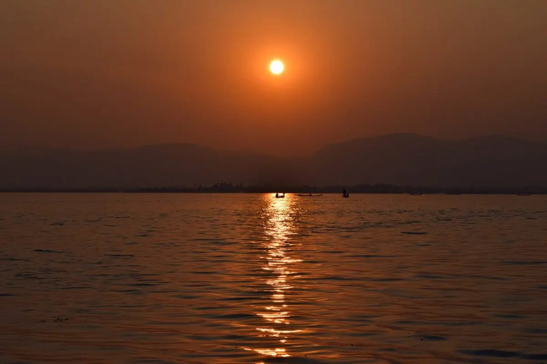 atardecer-lago-inle-myanmar-barcos