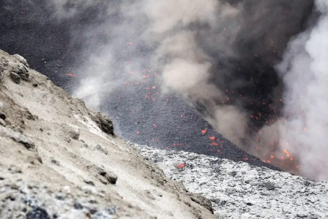 Volcan en activo lava Vanuatu