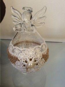 Angel de cristal con flor bordada entre telas