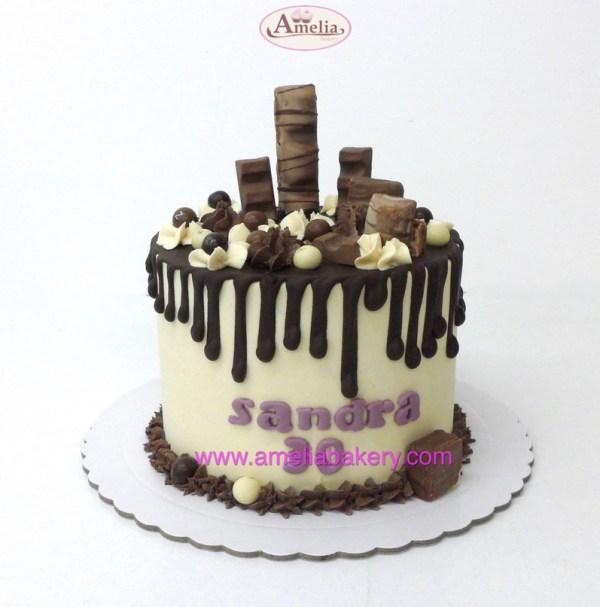 Pastel kinder drip cake con nombre y edad