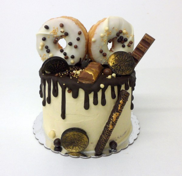 Pastel Kinder Drip Cake con Donuts, kinder, Oreo