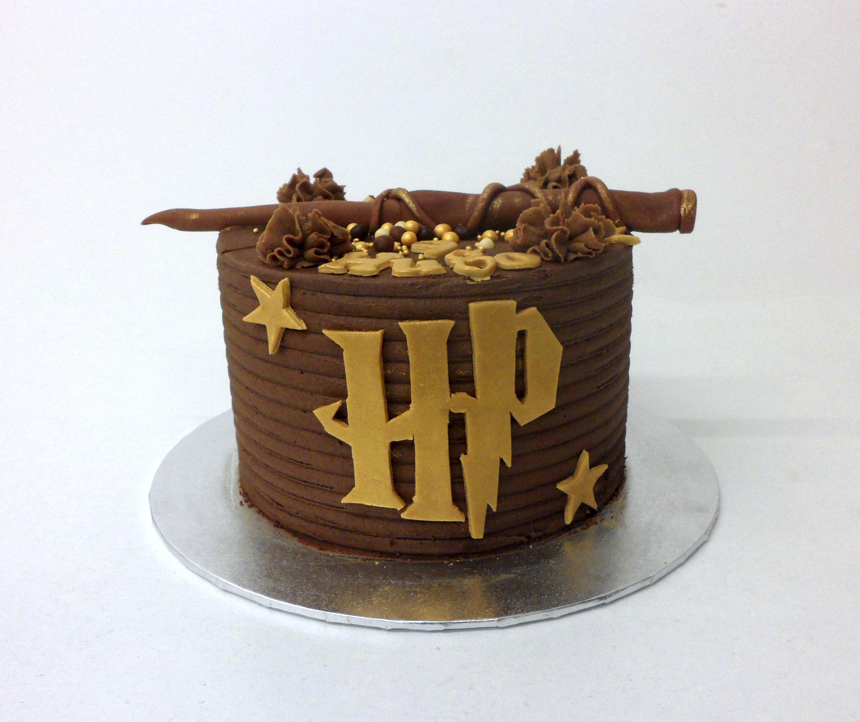 Pastel Harry Potter con barita y logo chocolate