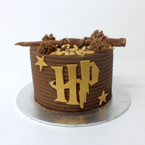 Pastel Harry Potter con barita y logo chocolate