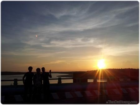 Mặt trời hoàng hôn và những người bạn của mình: Việt Anh, Dũng, em Đủ