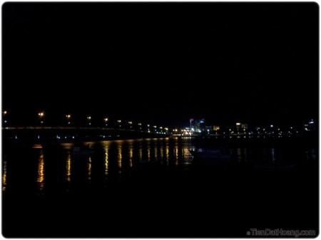 Cầu Trần Phú lung linh trong màn đêm.