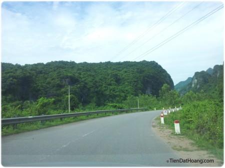 Đường Trường Sơn Đông, tuy không to nhưng mà đẹp, chạy tít có thể được tới 80km/h.