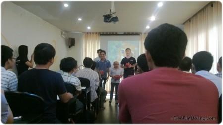 Founder của ITviec trao quà cho khán giả tích cực.