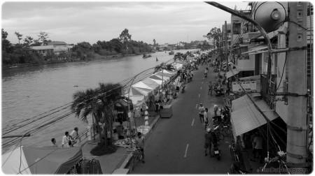 Khu chợ đêm ở ven sông. Chụp từ cầu Sắt. Có giống năm 1990 không?