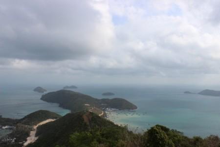 Phía xa xa là trung tâm của hòn đảo và cầu cảng.