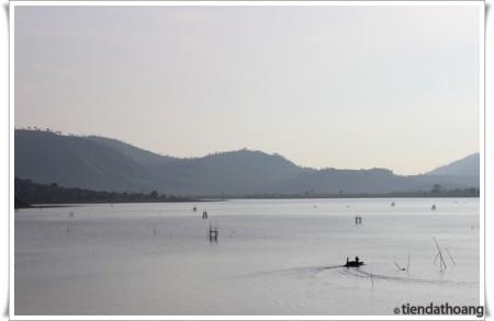 Chài lưới trên hồ Lăk trong sáng sớm.