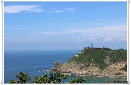 Hải đăng Đại Lãnh nhìn từ phía xa.