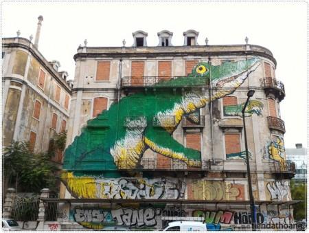 Cá sấu giữa phố.