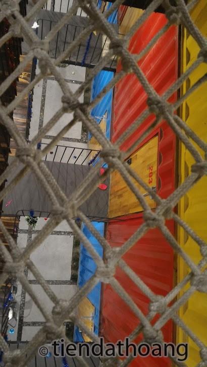 Nhìn qua mảnh lưới ở tầng trên cùng.
