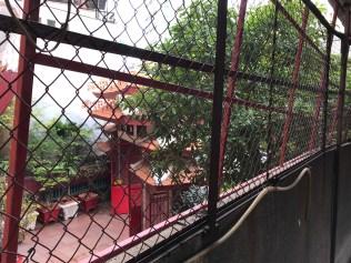 hình 2 -Sân thượng với những tấm lưới sắt