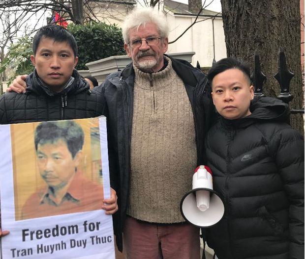 Khoảng 400 thanh niên biểu tình bao vây sứ quán CSVN tại Anh Quốc nhân 70 năm ngày Quốc Tế Nhân Quyền 10/12/2018