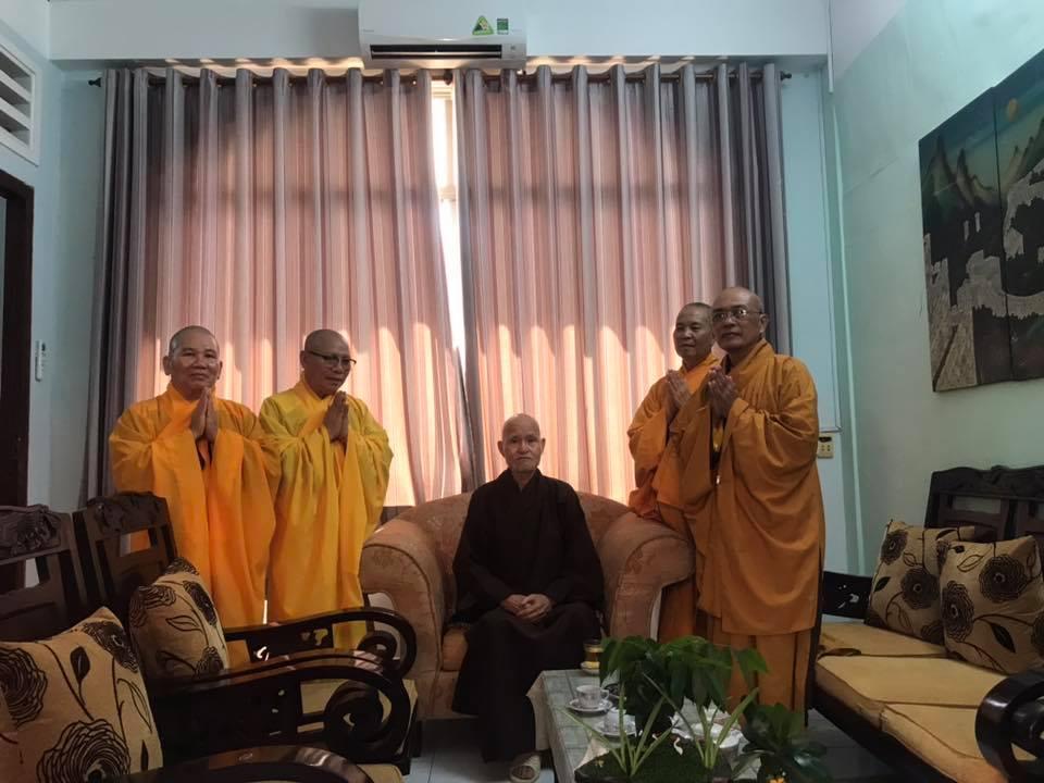 Thục Vũ: Chư HT Tăng Đoàn GHPGVNTN đảnh lễ Đức Tăng Thống - Một hình ảnh với hàng triệu đóa hoa hồng nở rộ trong lòng người con Phật.