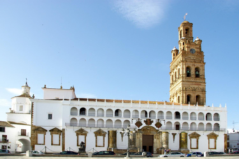 Fietsen door Extremadura brengt je in Llerena woonplaats van Zurbarán met een standbeeld voor de Granada kerk
