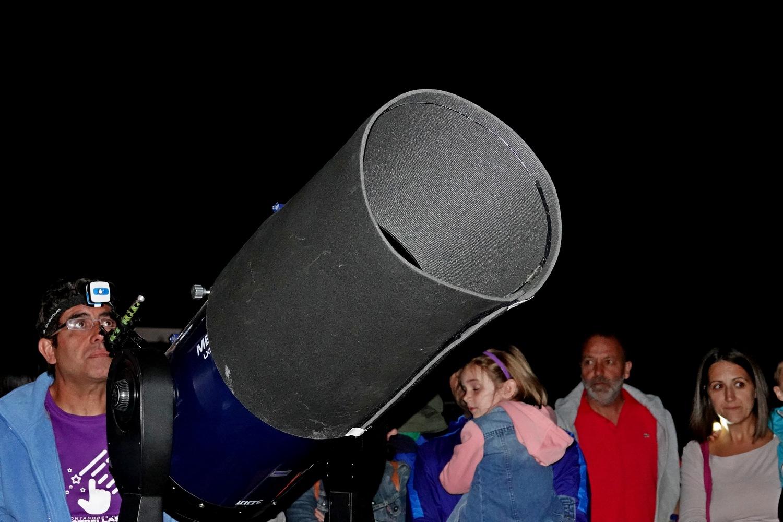 Sterren en planeten kijken met een telescoop op het astronomie complex