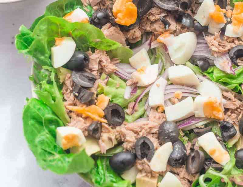Tuna with salad and yoghurt dressing in a bowl