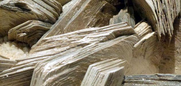 ما هي خواص معدن المايكا