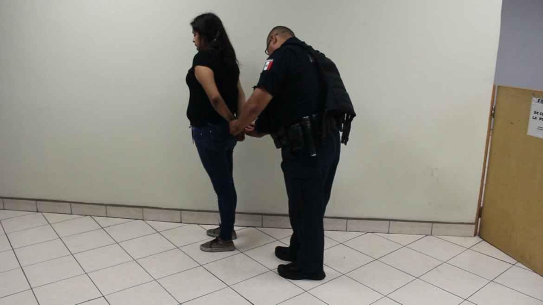 Es la segunda vez que Wendy llega hasta la estación de policía por llevar droga. En la primera ocasión no lograron comprobar que era vendedora. Crédito: Leonardo Ortiz.