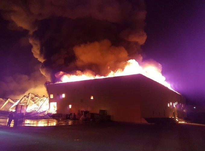 Fuego destruye nave industrial
