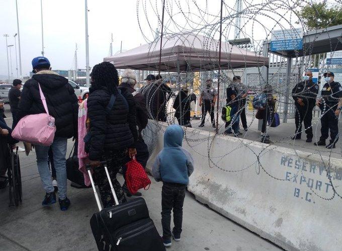 Policías forzados a huir buscan asilo.