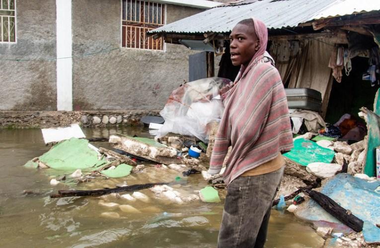 Haitianos varados en al frontera sufren por no poder ayudar a victimas del terremoto