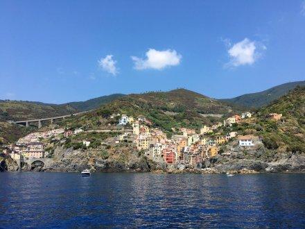 Vanaf de veerboot zioe je de kustlijn en de dorpjes van Cinque Terre