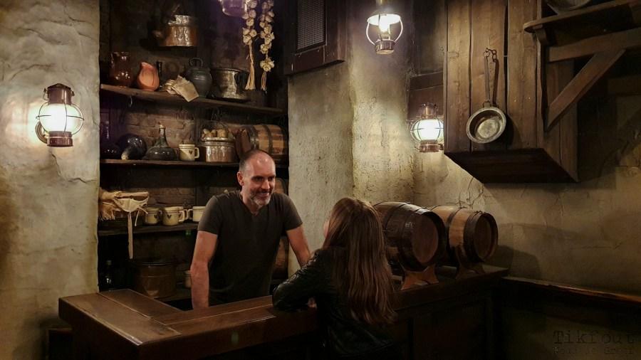 De nieuwe barman in het café Het Oorlam van De Vliegende Hollander.