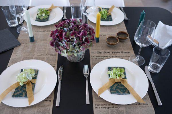 Tisch-Deko mit Hortensien: Ansicht gedeckter Tisch mit Tilda Deko-Box Grazing Table