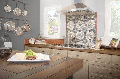 Jeffrey Court Via Traditional Field tiles in Algarve Pattern installed as a backsplash
