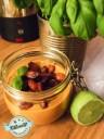 Hemma gjord toscansk tomatsoppa toppad med knaprig chorizo