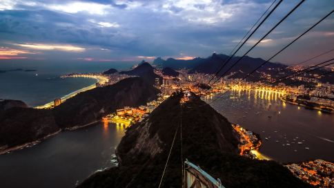 Blick vom Zuckerhut auf Rio bei Nacht