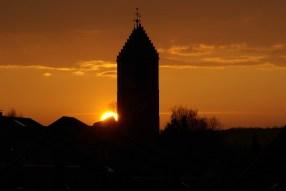 Sonnenuntergang hinter der Nikolaikirche in Aidlingen