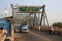 Auf der Mawlamyaing Brücke