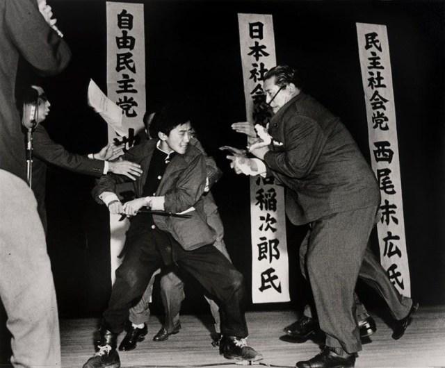 El estudiante japonés de 17 años Otoya Yamaguchi en el momento de asesinar al líder socialista Inejiro Asanuma con una espada ritual, en 1960