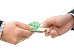mãos-que-passam-o-dinheiro-contas-do-euro-eur-54491418