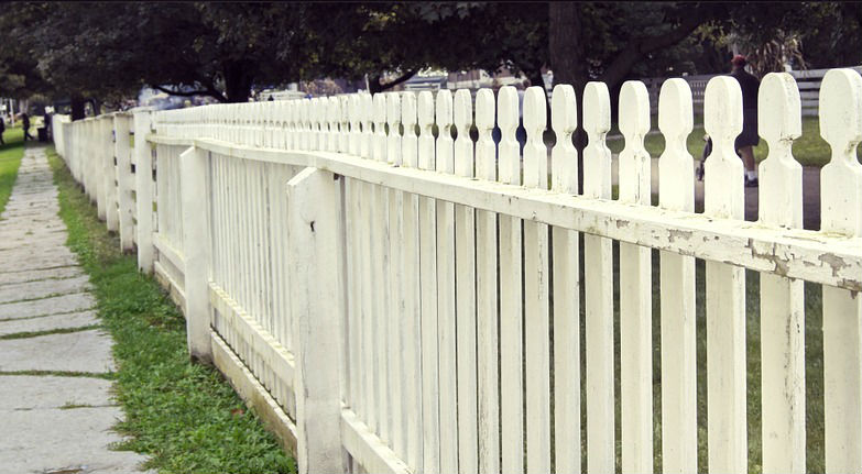 4 Things to Watch for When Patching Your Own Fence