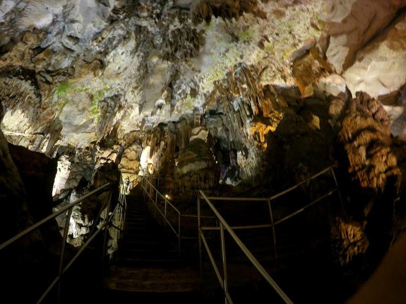 Пещера Леденика и метални стълби в нея