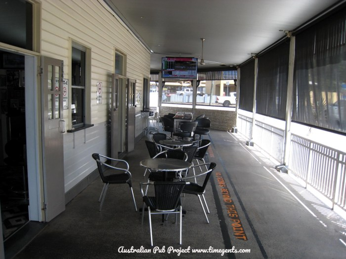 Red Beret Hotel Redlynch verandah TG W