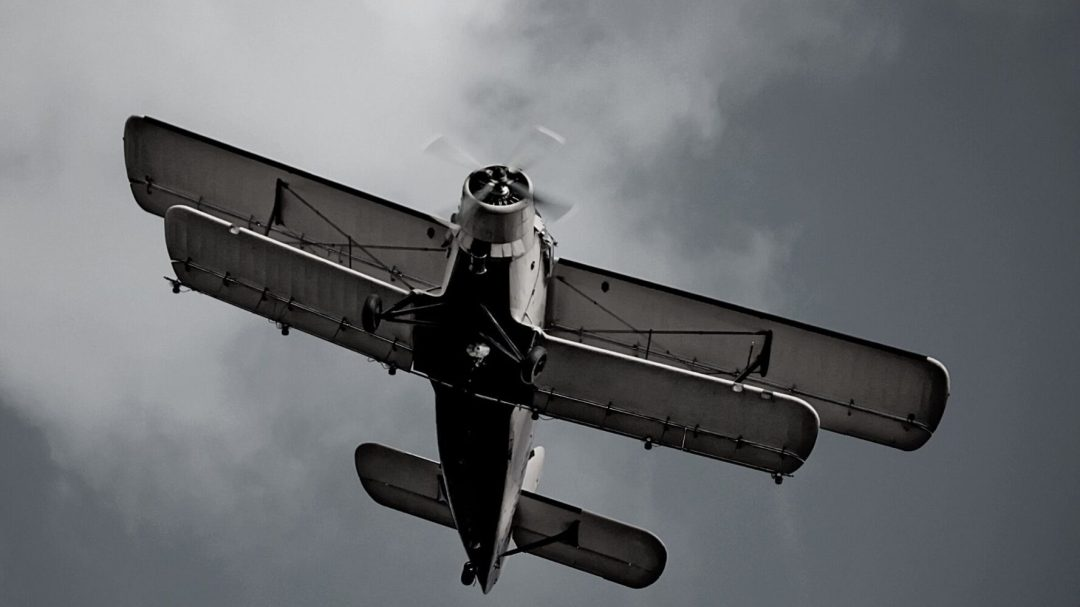 old-plane-in-the-sky