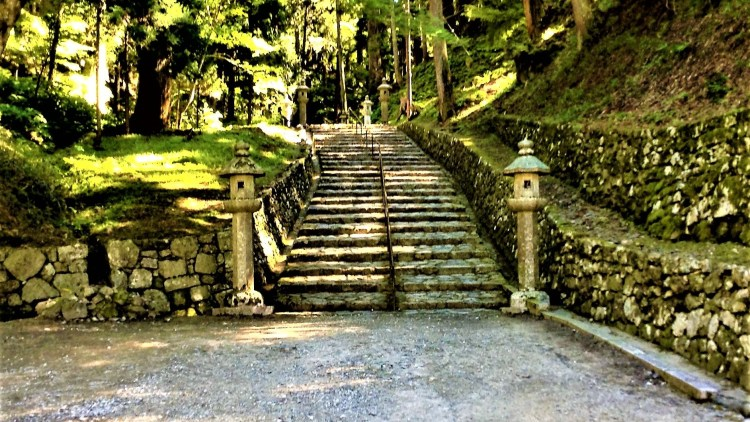 Stone-paved steps connects the buildings in Enryakuji Temple. Easily walkable.