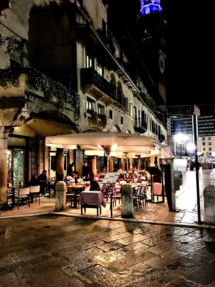 Restaurants on the ground floor of Mezzanti House \ Verona