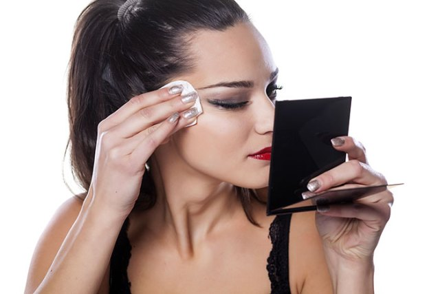 Remove your eyes and face makeup easily with Vaseline. Uses of Vaseline for beauty and face. find 40 more ways to use Vaseline for skin care. Easy makeup remover tips.
