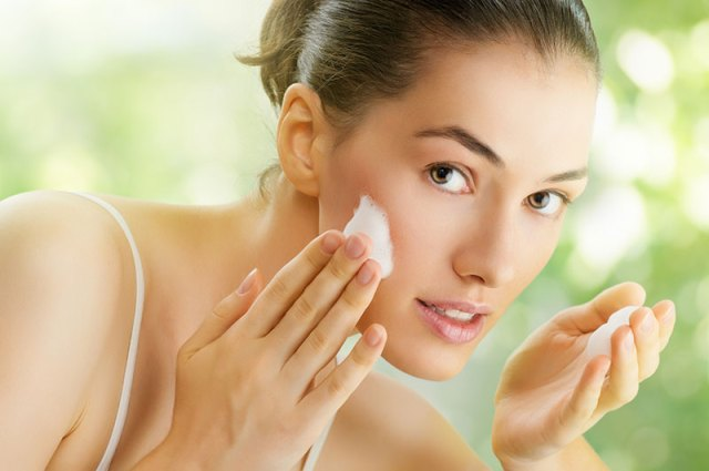Treat dry skin with Vaseline.. Know awesome uses of Vaseline for beauty cosmetics and household you have never listen from anywhere. Grab 40 Uses of Vaseline for easy lifestyle heck.