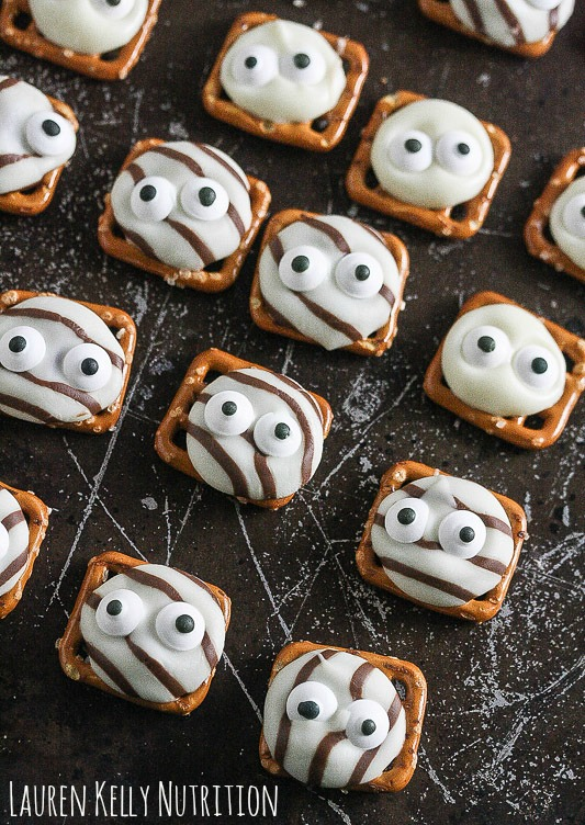Halloween googly eyes cookies. Find 22 more funny and easy Halloween dessert ideas for party. Halloween treat ideas for kids. Halloween dessert recipes for adult party. Best Halloween cookies treat ideas for kids and school. Cute Halloween treat ideas for party. Easy to make Halloween spooky foods ideas for adults. Halloween monster eyes treat recipes for kids. Easy Halloween food ideas for party. Easy Halloween treats for kids. Halloween tricks and treats for school parties. Halloween homemade dessert idea.