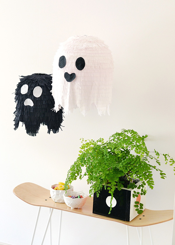 Cute Halloween ghost indoor decorating ideas. 12 funny Halloween ghost decoration ideas for party. Spooky decoration ideas for Halloween. Indoor Halloween decorating ideas. Ghost craft decoration for Halloween party. Easy DIY Halloween craft ideas. Homemade Halloween crafts for decoration. Quick Halloween craft for adults.
