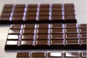 Chocolate lovers tend to weigh less:  Study