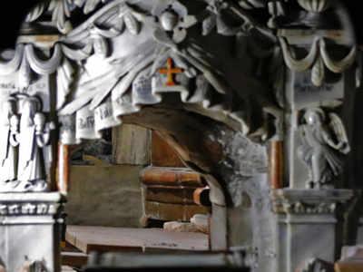 """Das Bild zeigt den Eingang des Grabes Jesu Christi """"."""